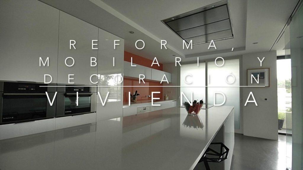 Reforma de vivienda con microcemento, pladur, madera lacada y cristal en Málaga
