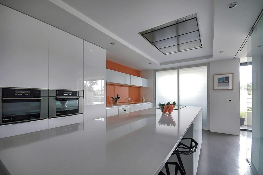 reforma de vivienda con pladur microcemento madera y cristal en Málaga