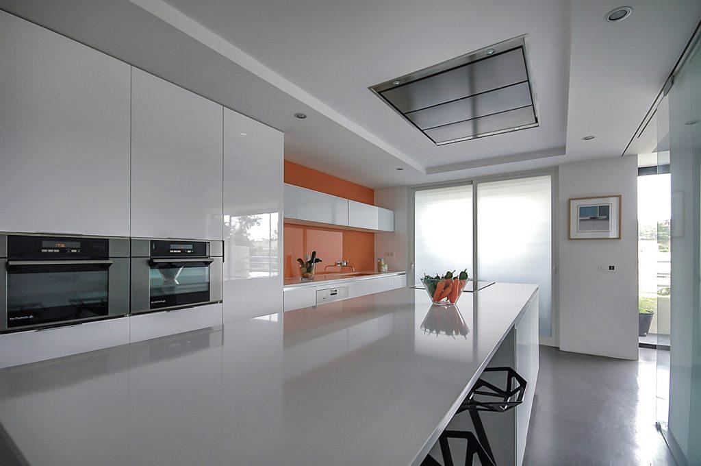 reforma de vivienda con pladur microcemento madera y cristal en Málaga 2