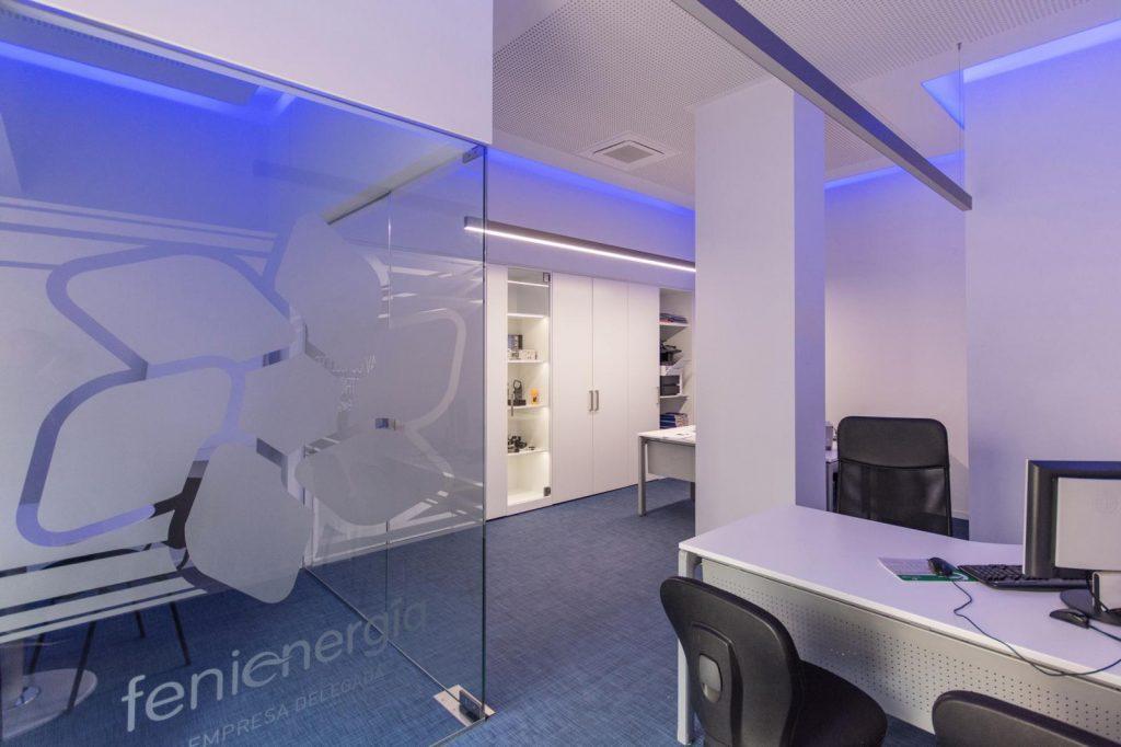 reforma oficina pavimento vinilico pladur madera lacada y cristal en Málaga 0